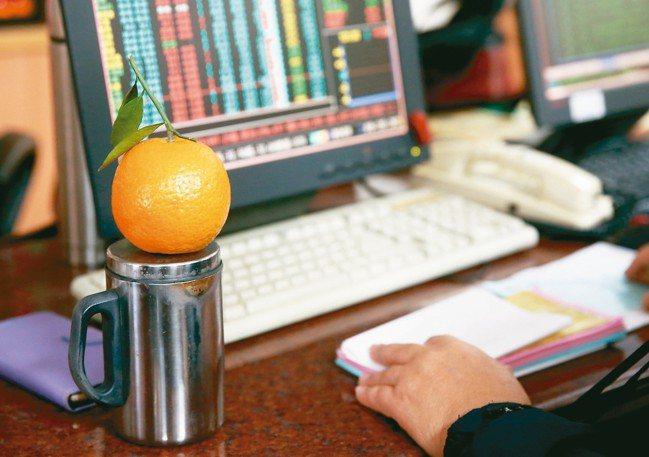 上市櫃公司陸續公布股利政策,「年年領息」是台股投資人最高期望。 報系資料照