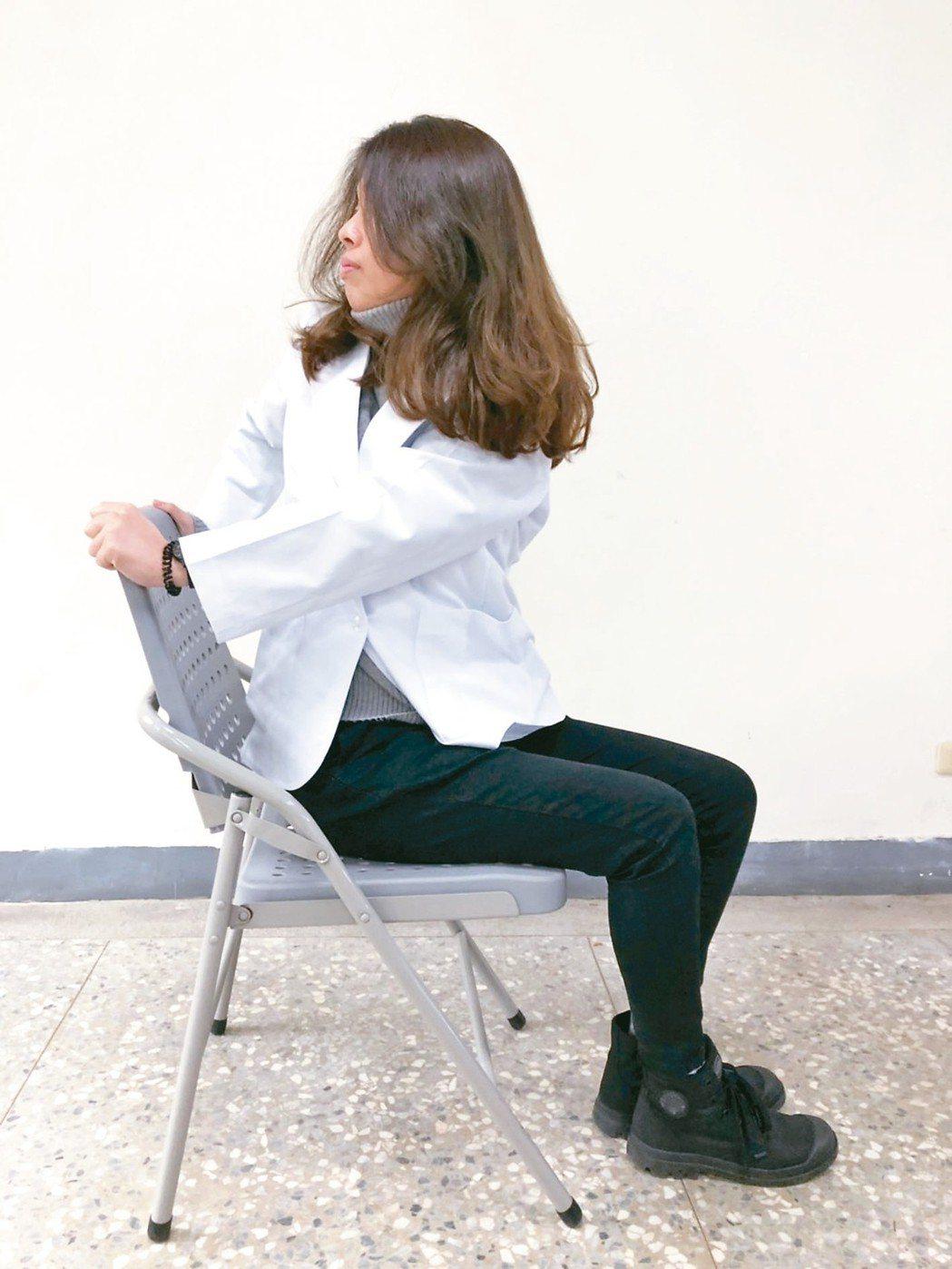 1、自然坐姿於椅子上,雙腳腳跟與肩同寬,轉腰並且頭向後轉,將雙手扶於椅背協助。示...