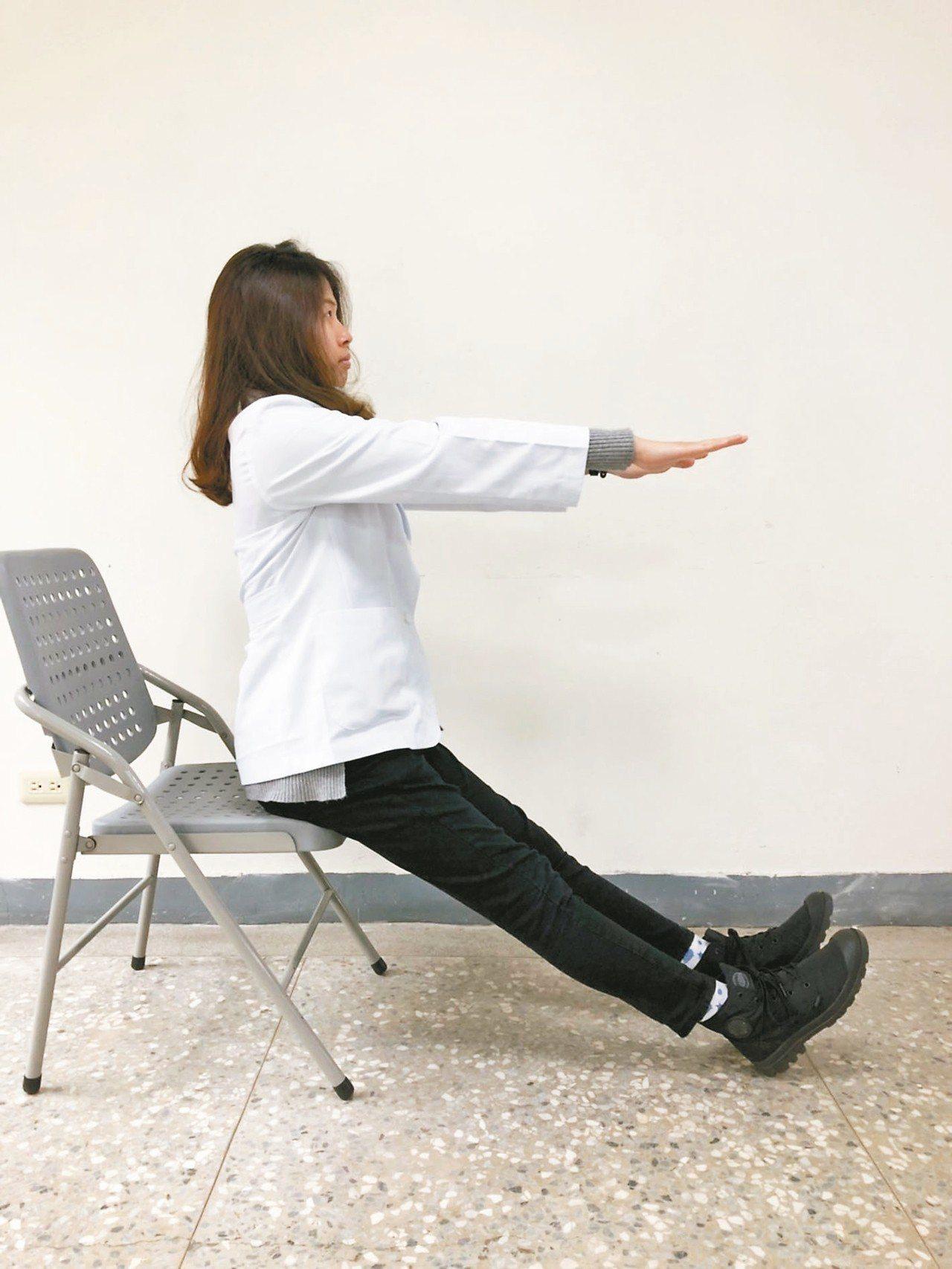 腰背部肌肉伸展:1坐姿下將膝蓋伸直、翹起腳尖,盡量即可。