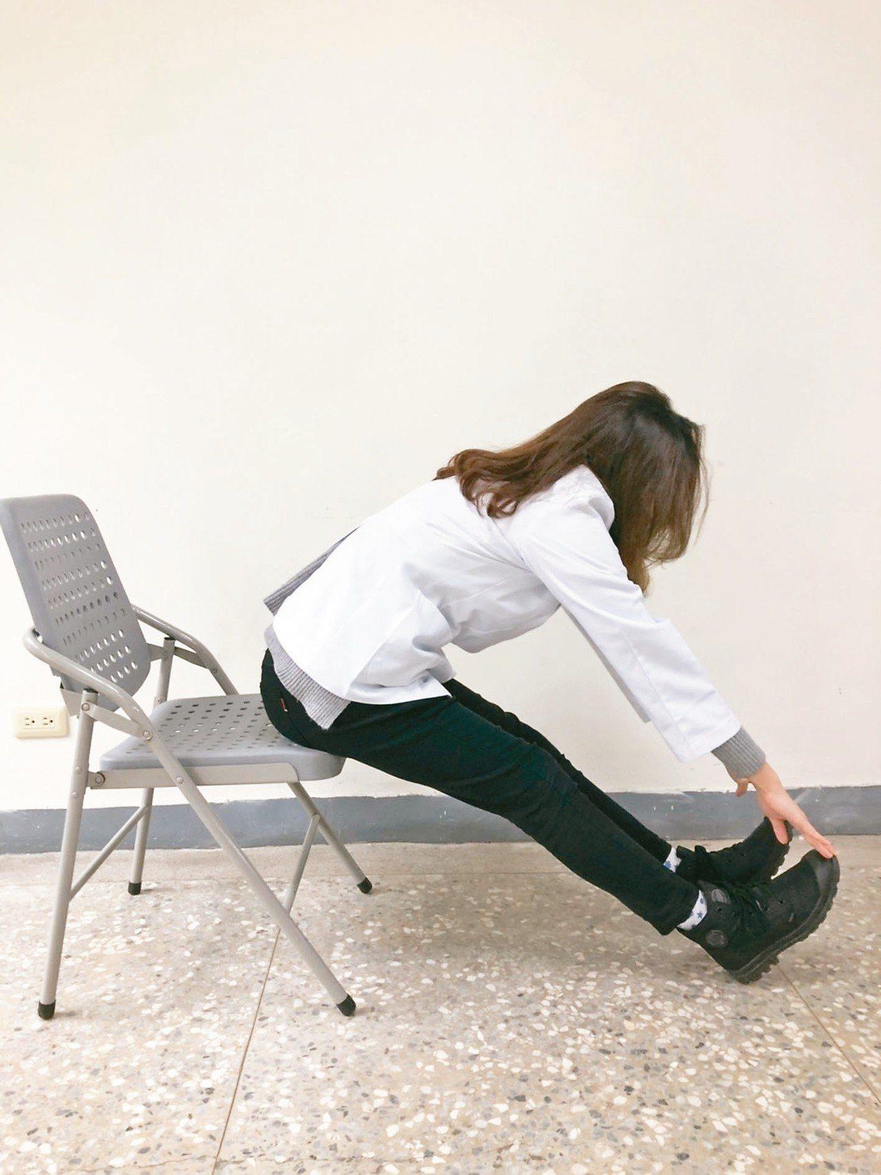 2身體微向前彎,雙手觸碰腳尖,盡量即可。 圖/職能治療師公會全聯會提供,示範/職...