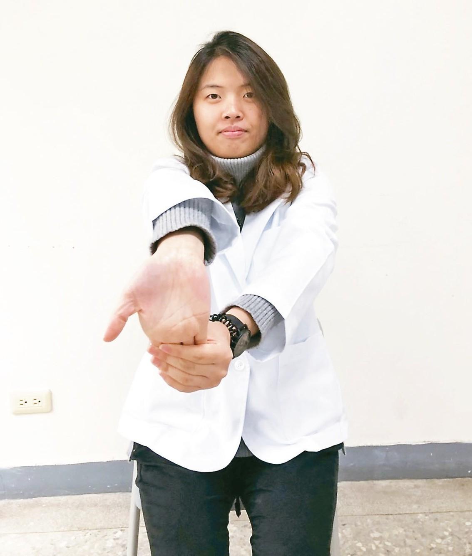 2右手掌向下外翻,左手放在外翻手掌前,盡量往身體內側壓。