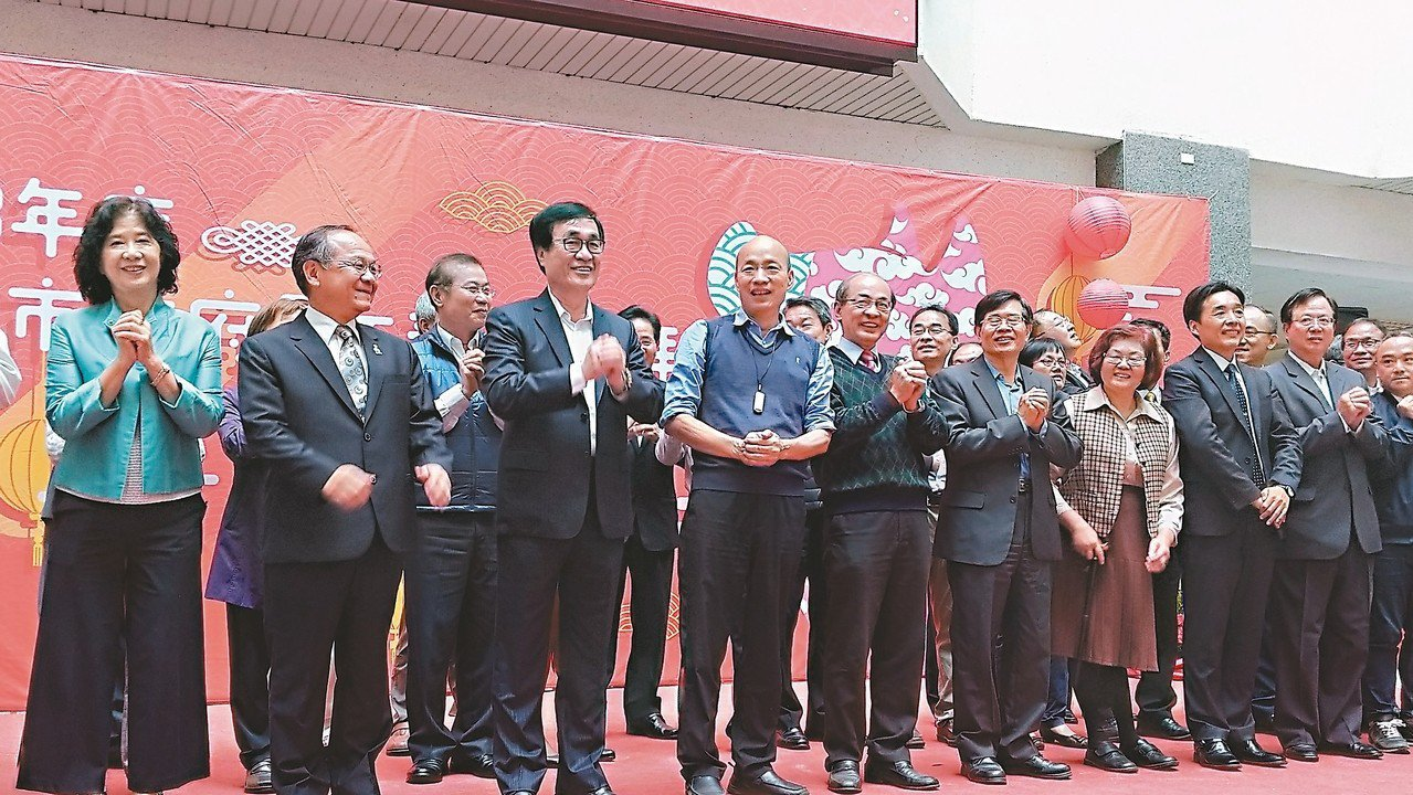 高市府昨舉行新春團拜,市長韓國瑜(前左二)勉勵市府要成為服務型團隊。 記者蔡孟妤...