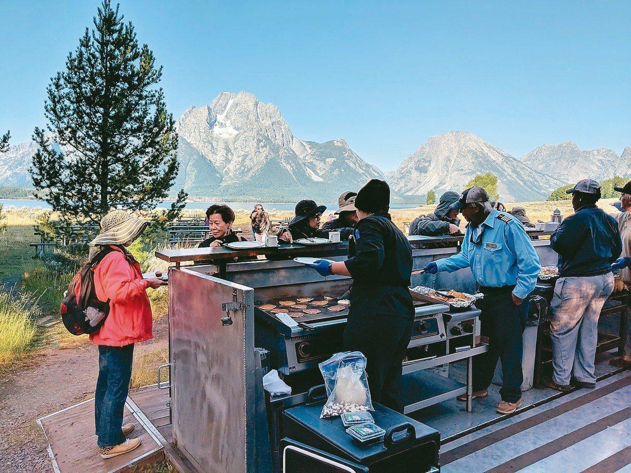 搭船到Elk島享用現場烹調的早餐,優閒欣賞湖光山色。 圖/有行旅提供