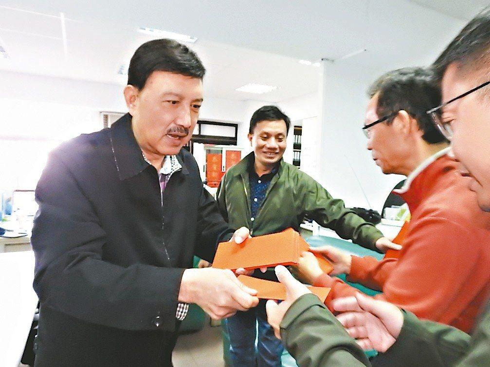 民進黨參選人余天(左)昨出席新春團拜,談到對手請出「韓流」牌,坦言壓力很大。 記...