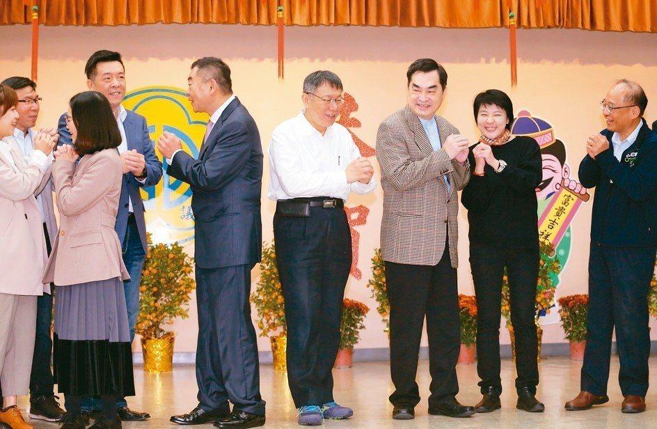 台北市長柯文哲(中)昨率局處首長向市議員新春團拜。 記者許正宏/攝影