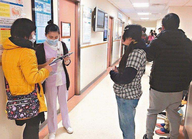 春節過後,醫院門診仍不少感冒患者掛號。 記者鄭國樑/攝影