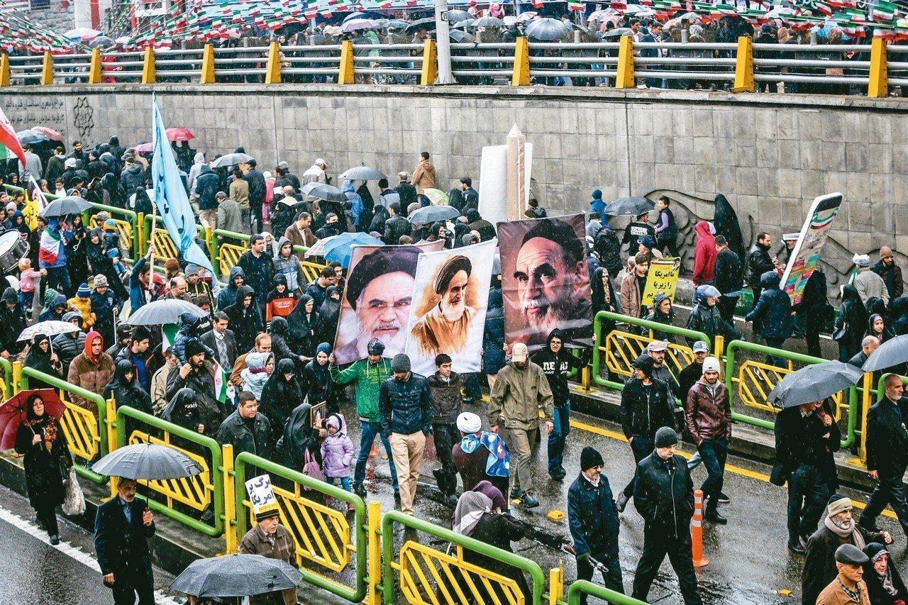 伊朗民眾十一日在德黑蘭遊行,紀念伊斯蘭革命四十周年。 路透