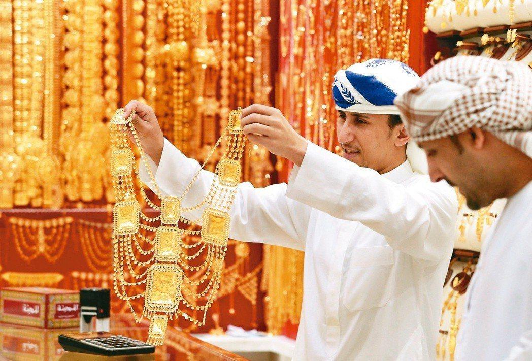 世界銀行以「天色漸暗、風暴將至」形容今年全球經濟前景,為黃金帶來利多。 (路透資...