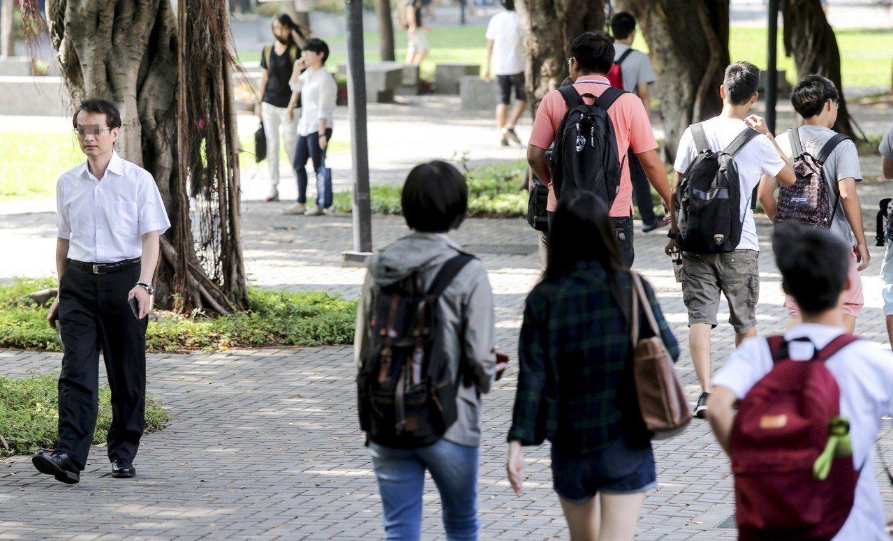 教育部祭出註冊率未達標就減少招生名額,從101學年度至今私校減招名額已達3萬人、...