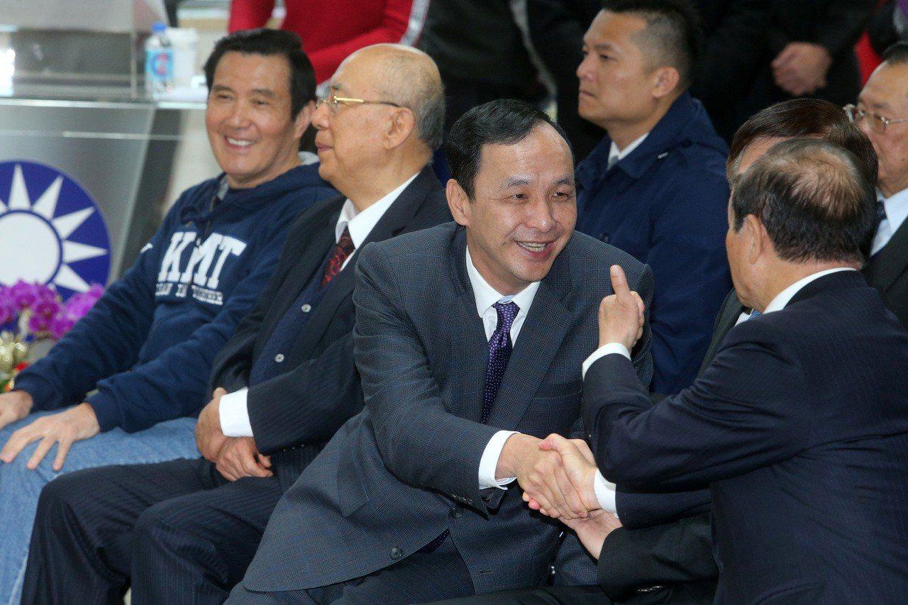 國民黨昨天舉行新春團拜,前總統馬英九(左一)、新北市前市長朱立倫(右二)、前主席...