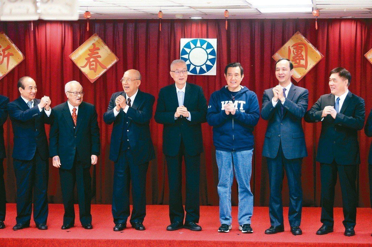 國民黨昨天舉行新春團拜,國民黨主席吳敦義(中)、前總統馬英九(右三)、新北市前市...