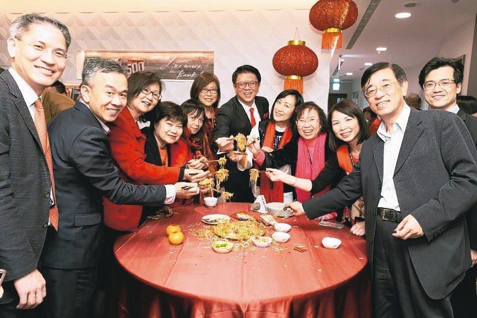 星展銀行(台灣)在星展豐盛私人客戶旗艦分行舉辦新加坡傳統的農曆年「撈魚生」活動。...