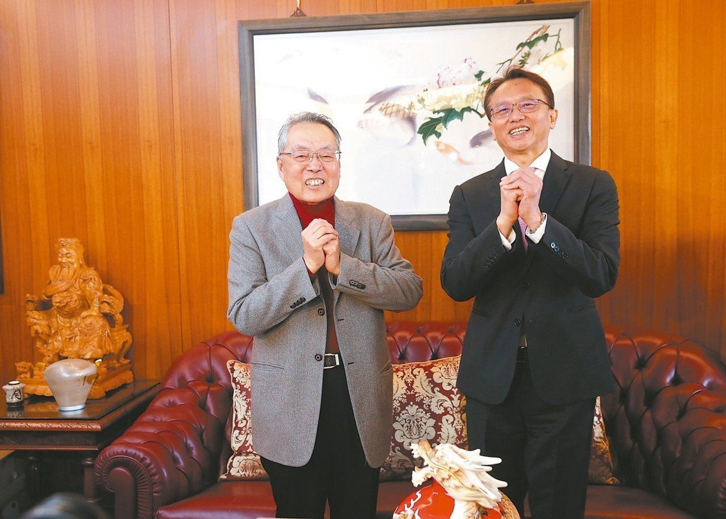 宏碁舉行新春團拜,創辦人施振榮(左)和董事長陳俊聖等主管共同出席拜年。 記者邱德...