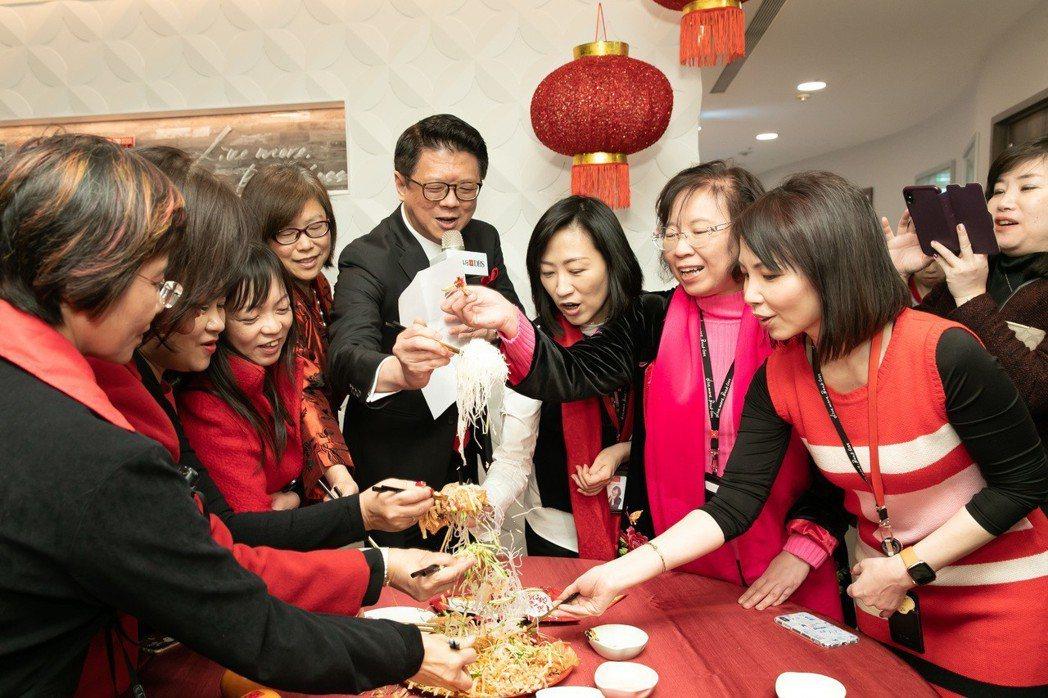 星展銀行(台灣)總經理林鑫川表示,「撈魚生」是新加坡傳統的農曆年習俗,象徵在新的...