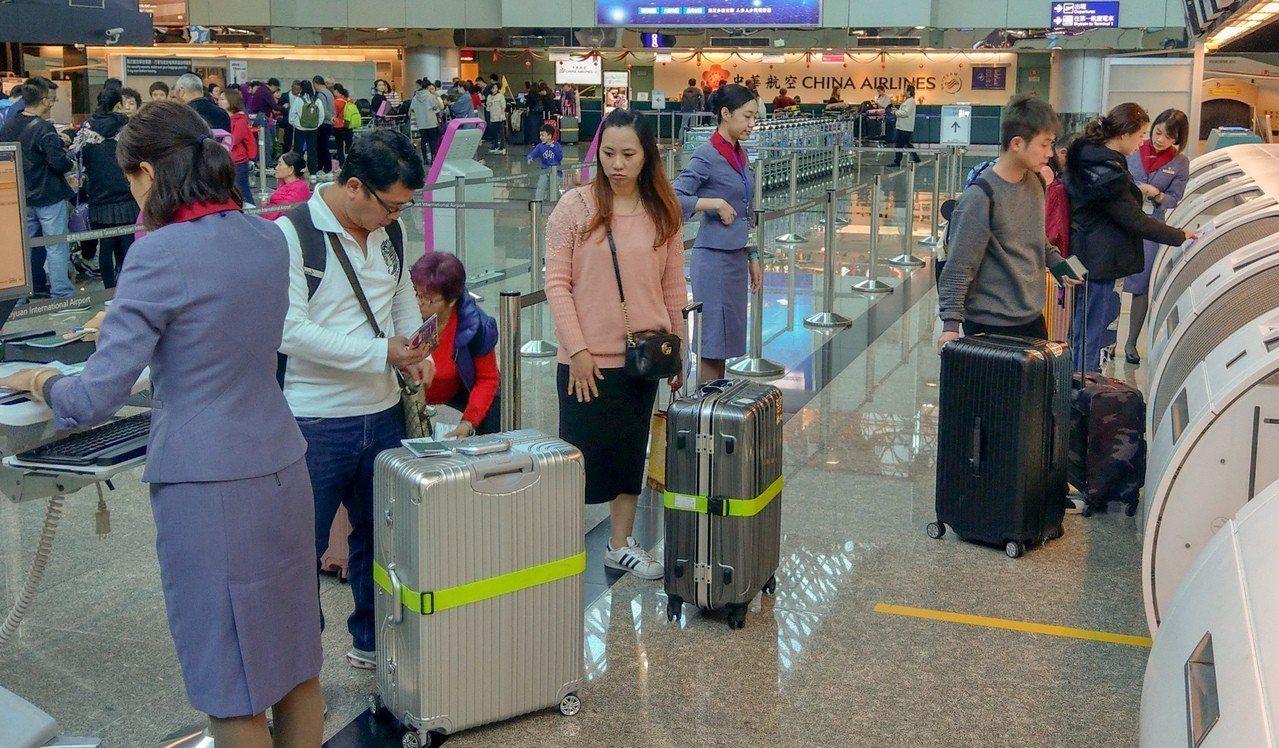 華航機師持續罷工,桃機公司上午表示,華航班機今天共計取消24架次,預估影響旅客總...