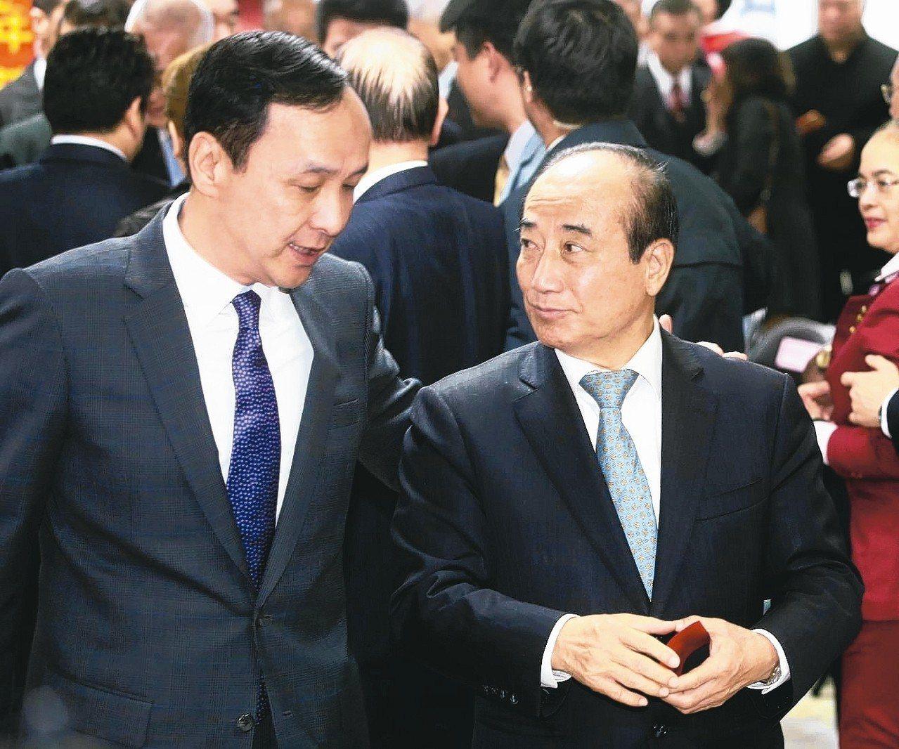 國民黨昨天舉行新春團拜,出席的前主席朱立倫(左)與立法院前院長王金平(右)互動熱...