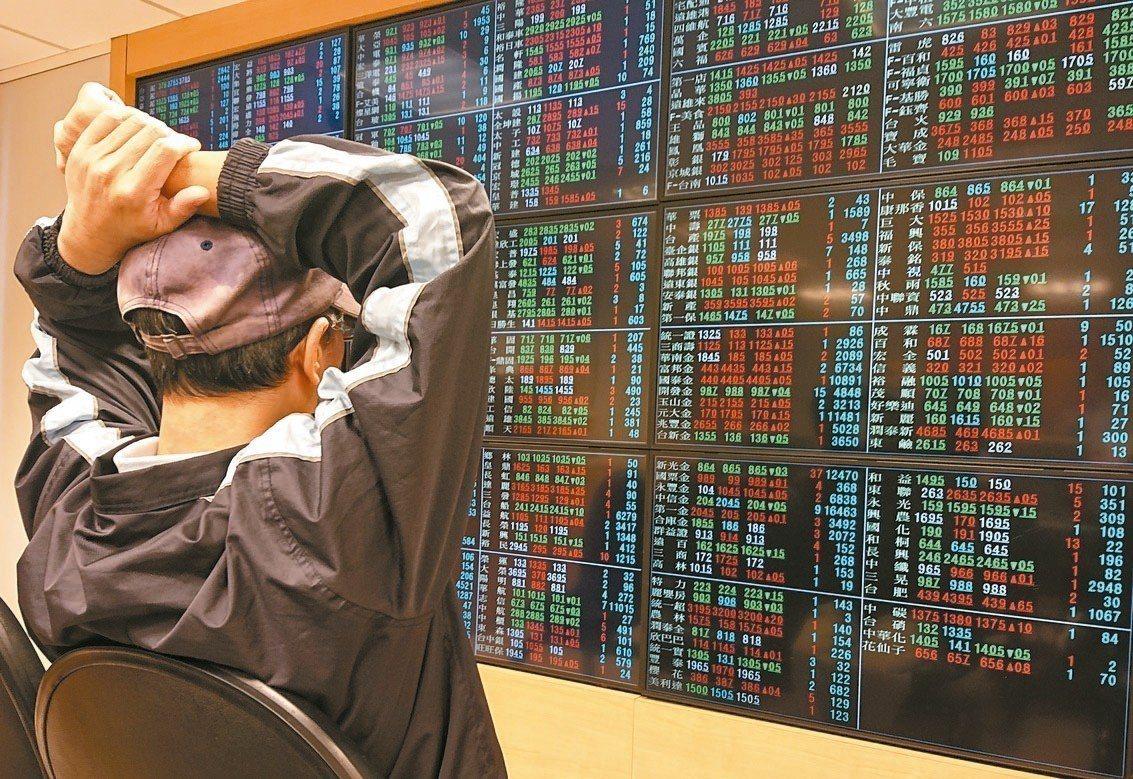 台股上午開盤上漲27.83點,以10032.08點開出,投資人專心看盤。 記者鄭...