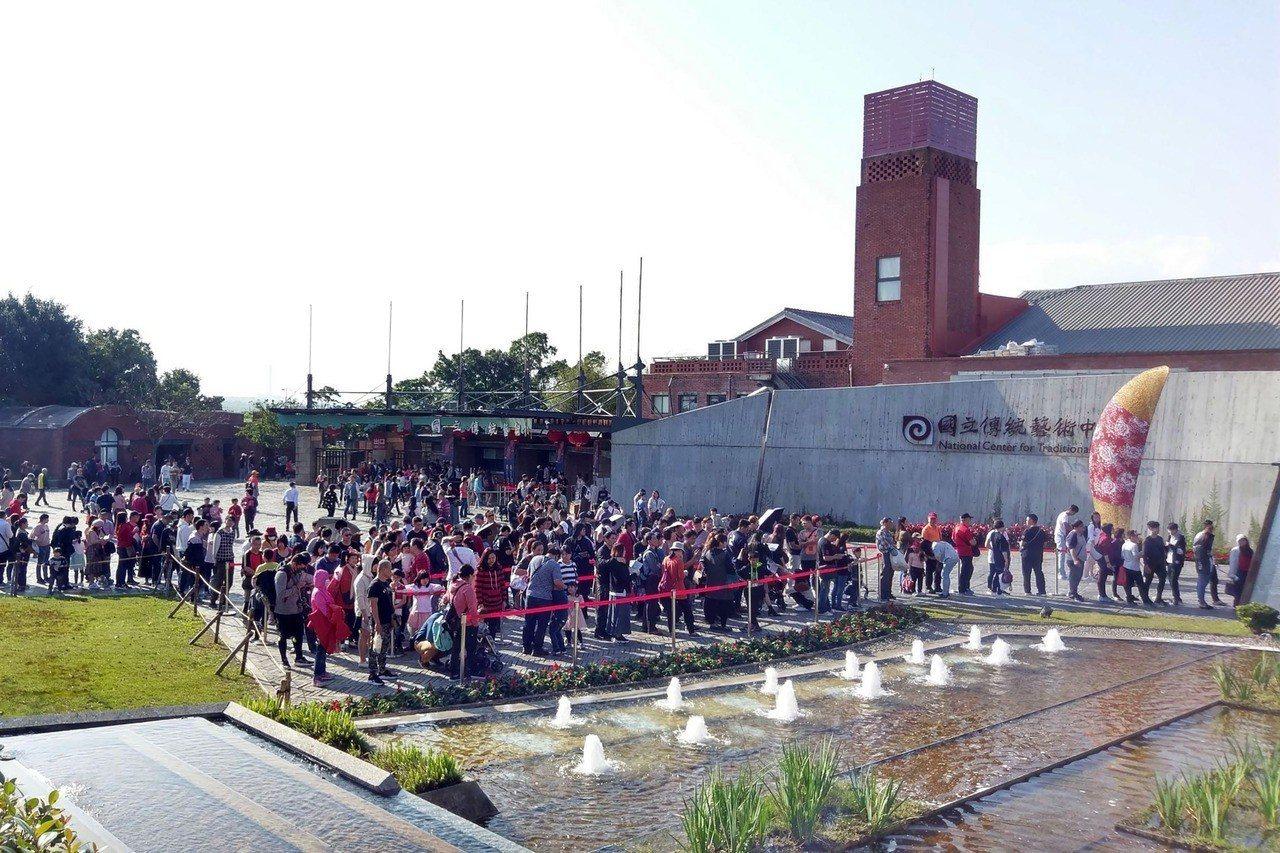 宜蘭傳藝中心園區在今年春節9天連假期間,扣除除夕,共湧入約9.7萬人次,堪稱今年...