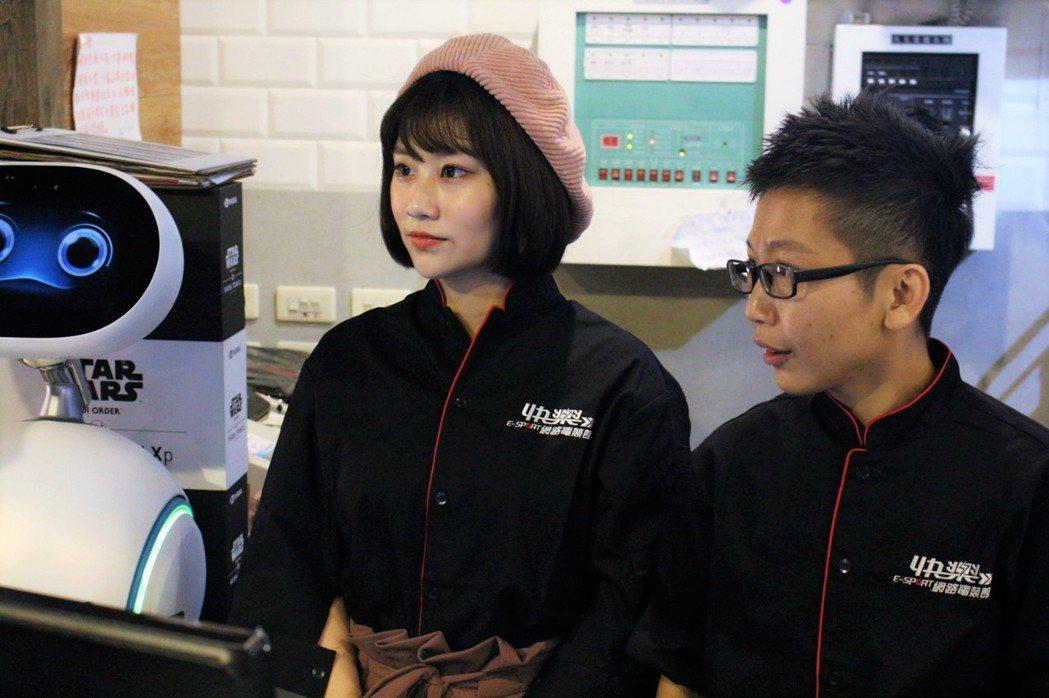 店長帶領焦凡凡體驗一日網咖店員生活。 TESL台灣電競聯盟/提供