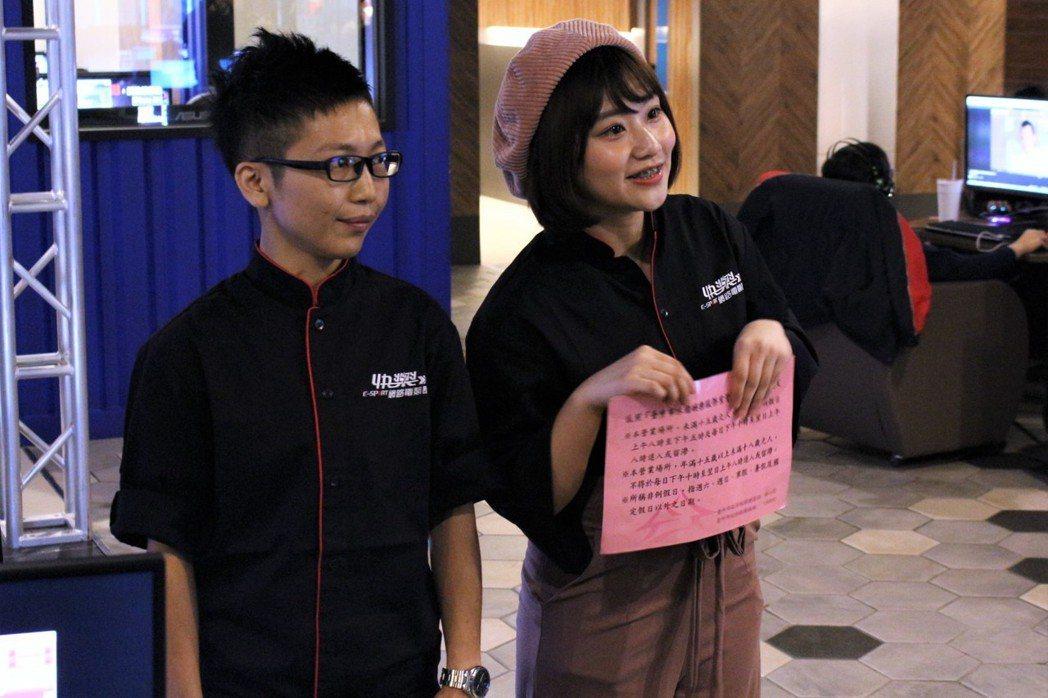 一日店員焦凡凡也不忘宣導網咖條例。 TESL台灣電競聯盟/提供