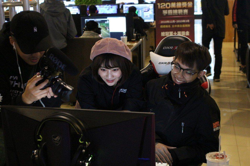 焦凡凡(左)與爆哥(右)開心互動。 TESL台灣電競聯盟/提供