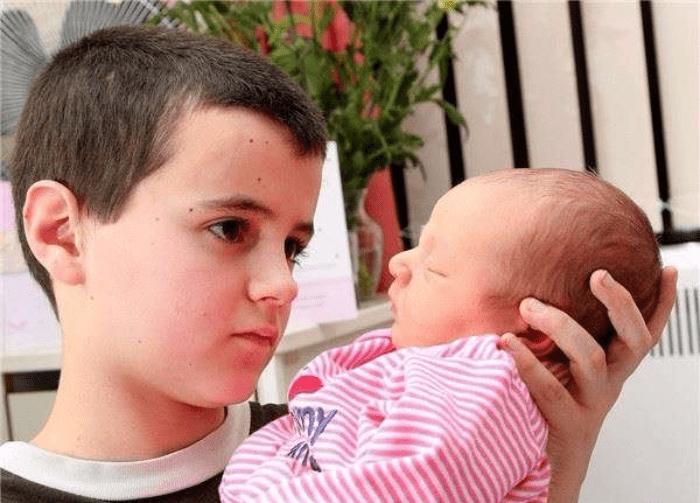 一名13歲男孩曾轟動一時,因跟15歲的女友生下一個小孩,成為「英國最年輕小爸爸」...