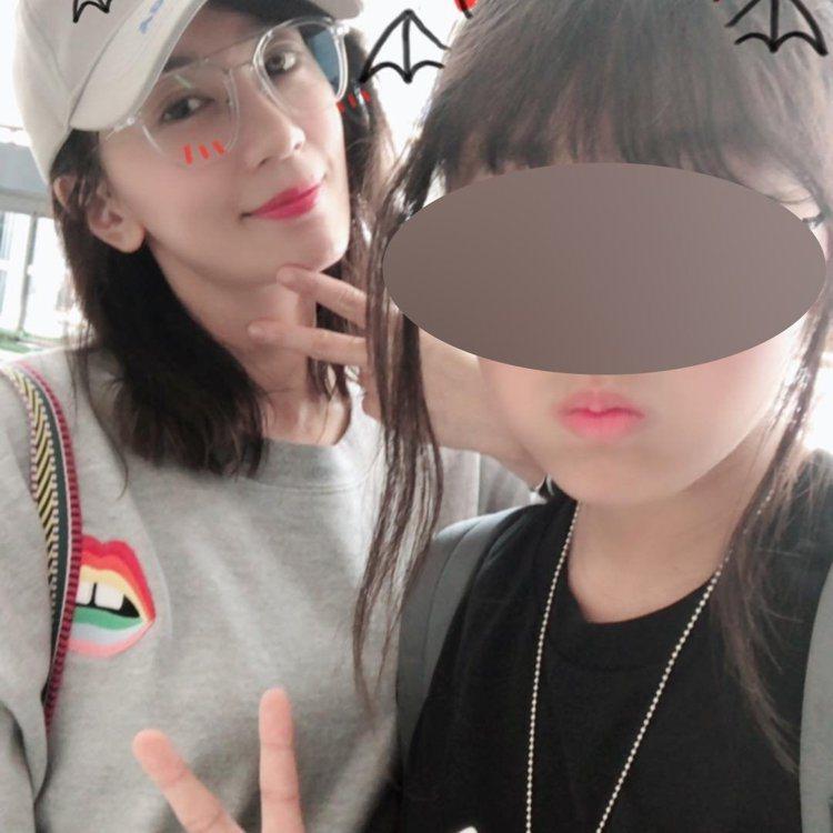賈靜雯(左)與大女兒梧桐妹。 圖/擷自梧桐妹IG