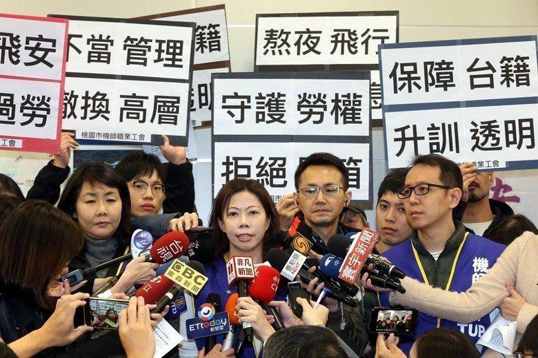 本次主導罷工的桃園市機師工會理事長李信燕(中),遭外界質疑長榮機師帶領華航罷工的合理性。 圖/聯合報系資料照