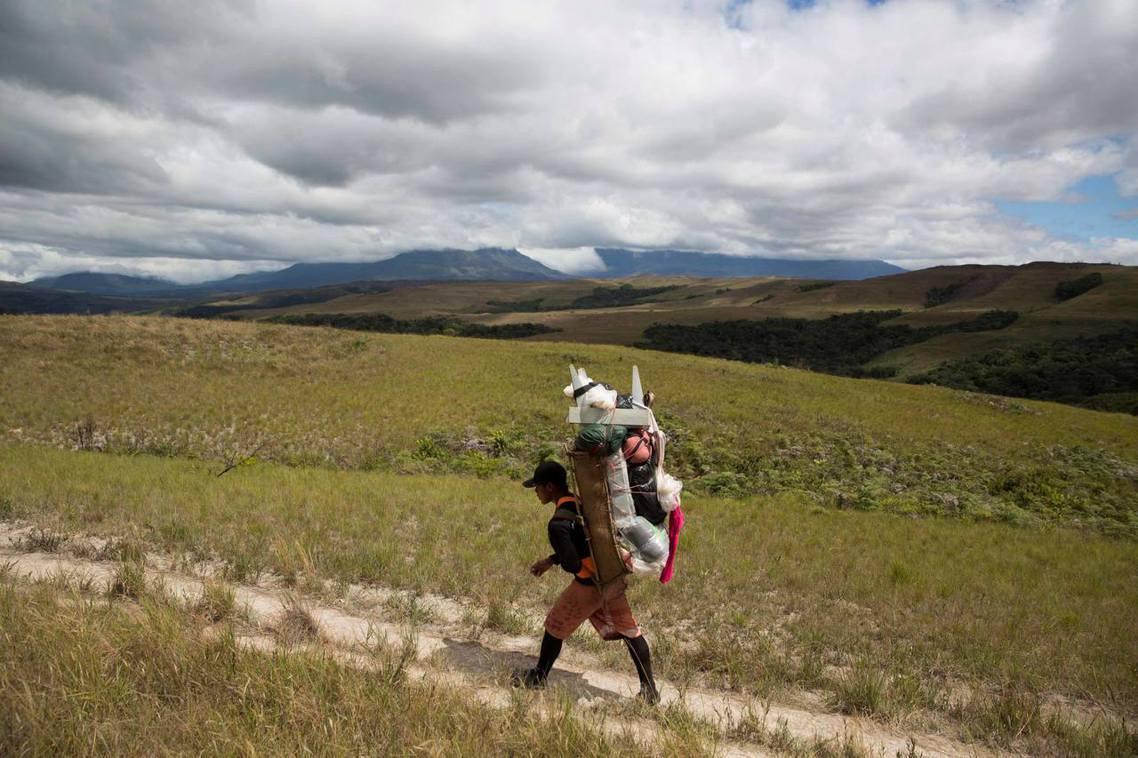 瓜伊多政權遊說居於委內瑞拉東南部地區的原住民部落——培蒙人(Pemon)——希望...