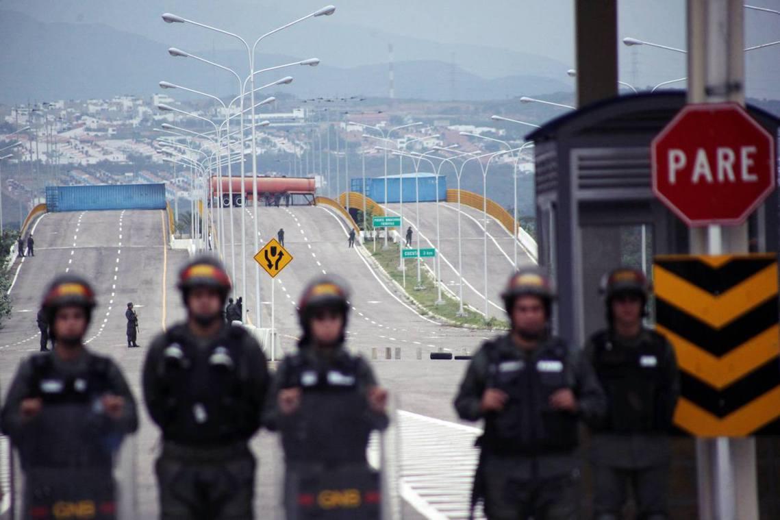 頑強的馬杜羅似乎已下定決心留在委內瑞拉,以總統的身份「打死不退」。圖為封鎖哥倫比...