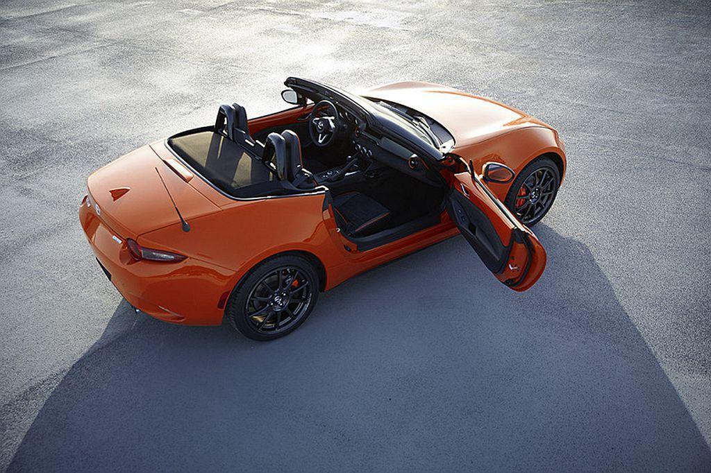 Mazda MX-5 Miata 30th Anniversary Edition限量特仕車內裝延續外觀格調,導入橙色縫線(儀表、排檔桿)、橙色內車門飾板和橙色冷氣出風口飾環等。 圖/Mazda提供