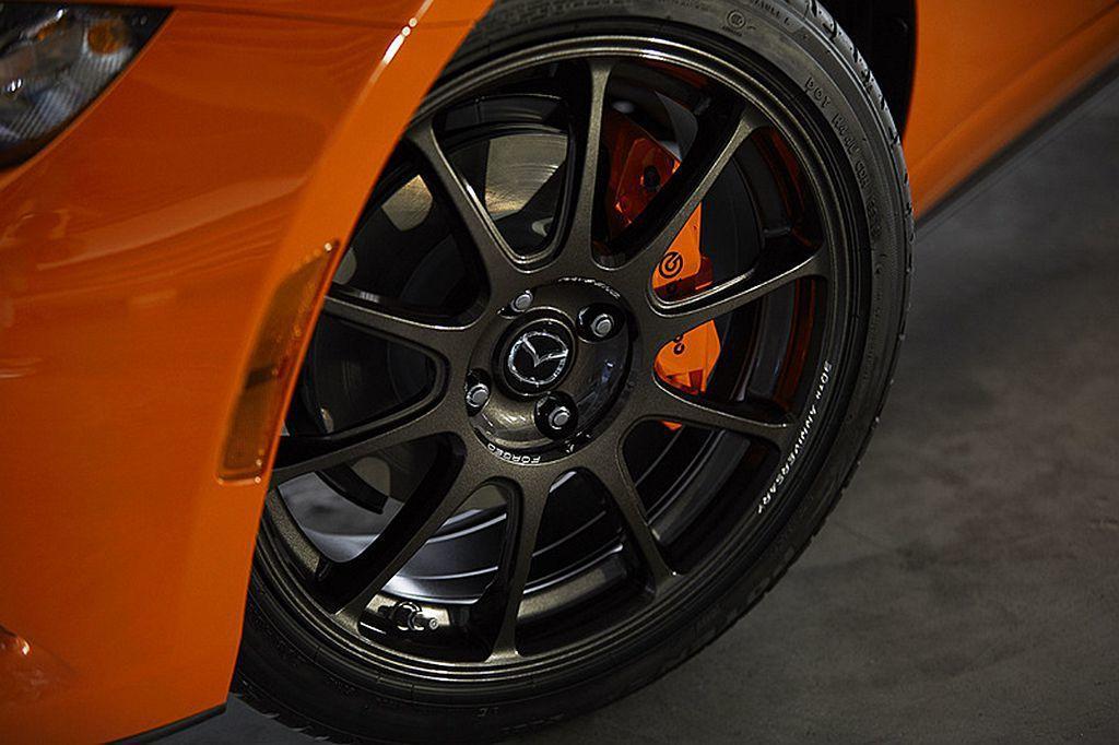 升級Bilstein減震筒(手排車型)、橙色烤漆Brembo對四卡鉗,顯著提升操控能力。 圖/Mazda提供