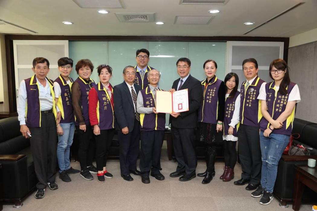 嘉藥校友總會長施俊鈞(右六)遞贈顧問證書給黃偉哲市長(右五)。 嘉藥/提供