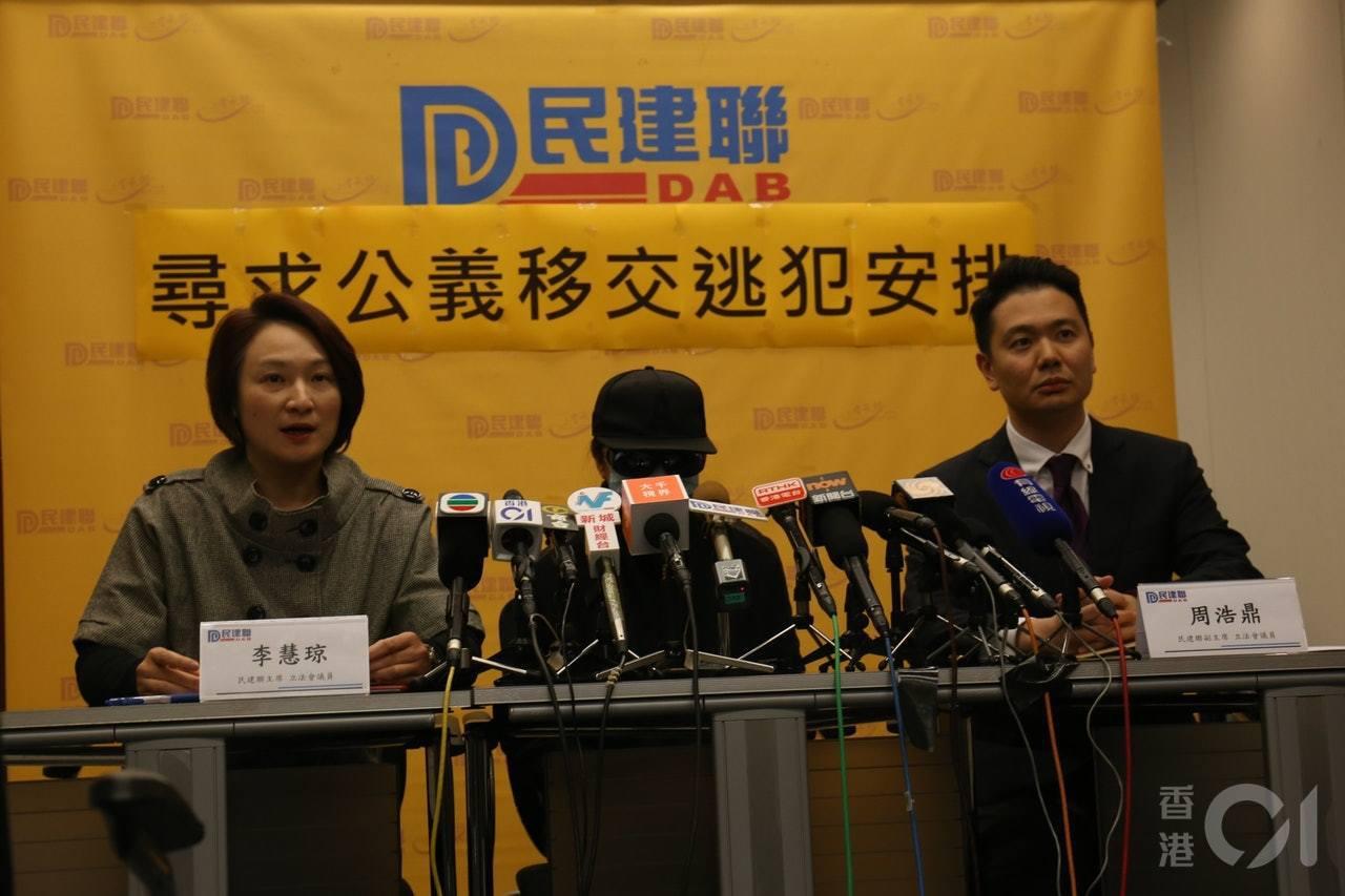 女死者母親與立法會議員一同見記者。 香港01記者楊婉婷/攝影