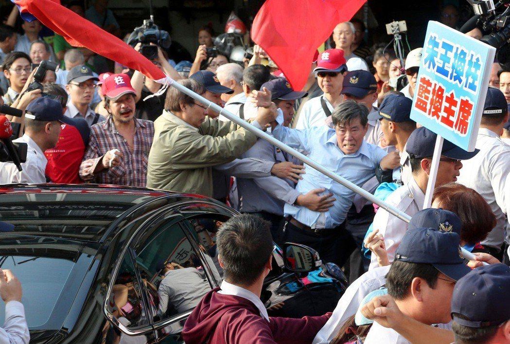 2015年國民黨中常會啟動「換柱」行動,三百多名挺柱的群眾在國民黨中央黨部前抗議...