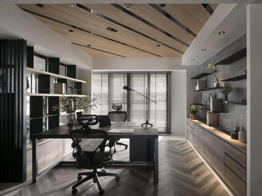 (圖)書房與餐廳天花板採用斜向拼接,製造對稱趣味。