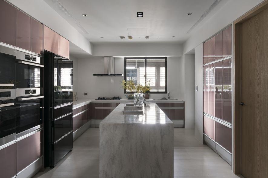 (圖)以玻璃帷幕分隔的烹調區,運用個性的玫瑰金配白敞開視線,提供屋主優雅的煮食體...