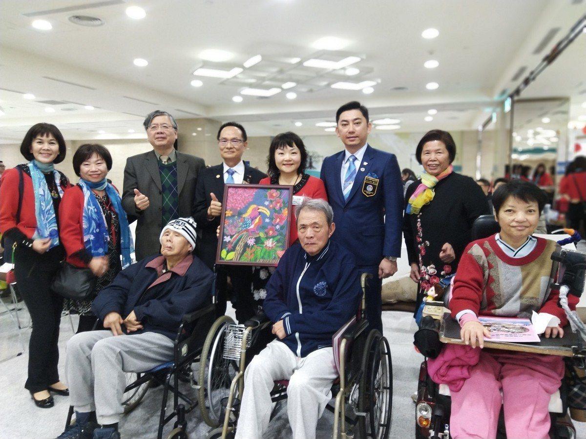 新莊南區扶輪社就舉辦義賣方式協助身障者把書畫作品給賣出去,錢進得來,總額達58萬...