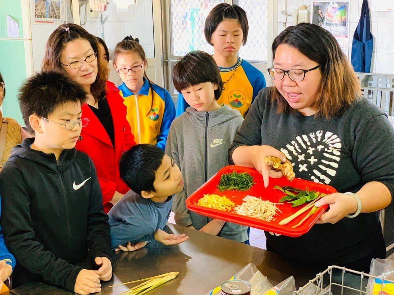 學生在開學日學習泰北料理。圖/廣興國小提供