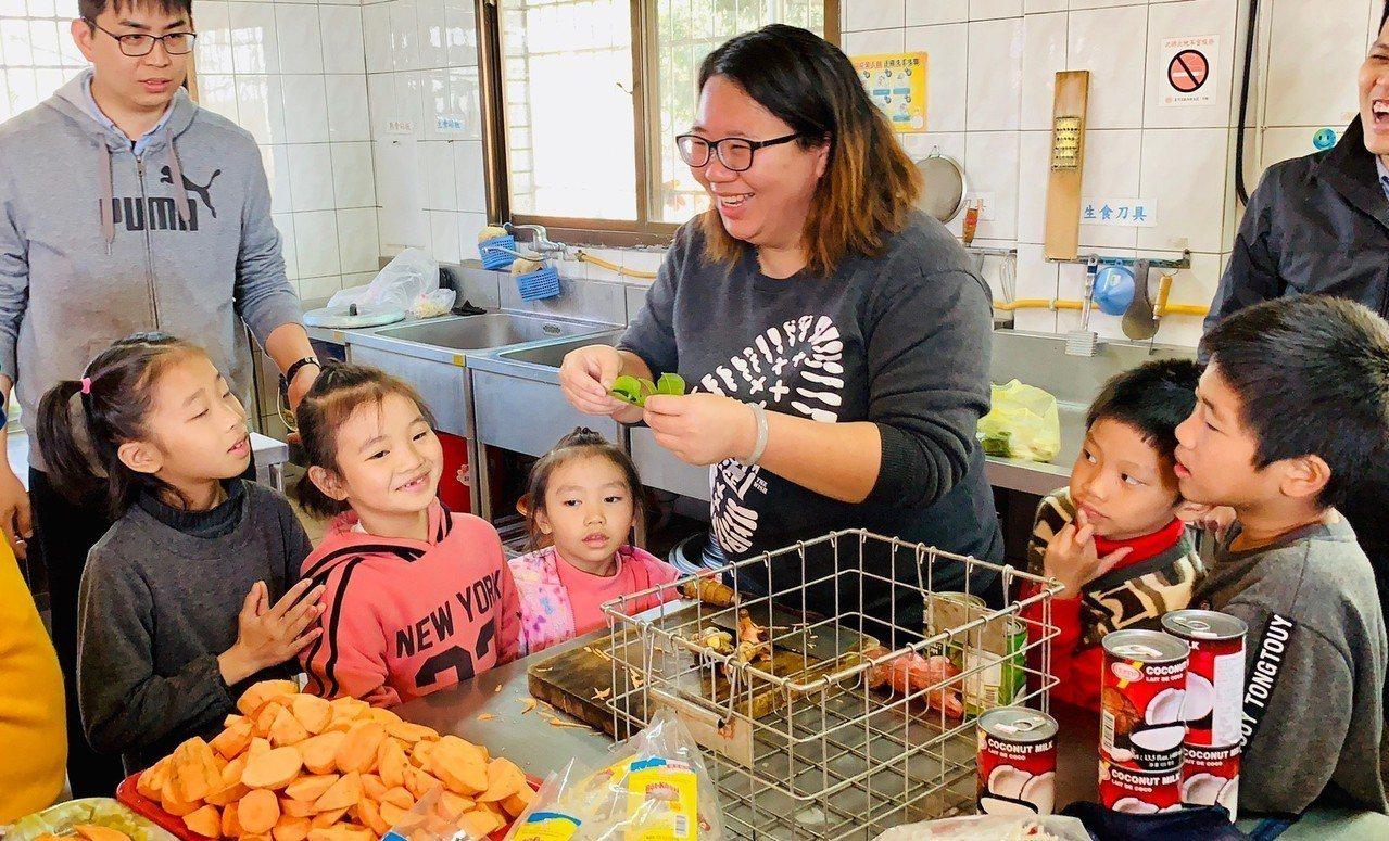 廣興國小家長在開學日帶學生做泰北料理,幫他們收心。圖/廣興國小提供