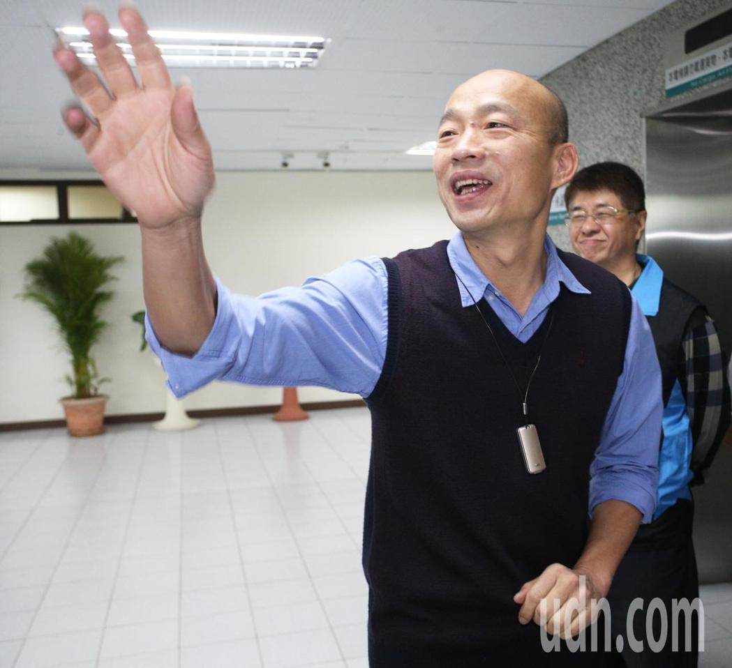 韓國瑜胸前配戴空氣淨化器。聯合報系資料照/記者劉學聖攝影