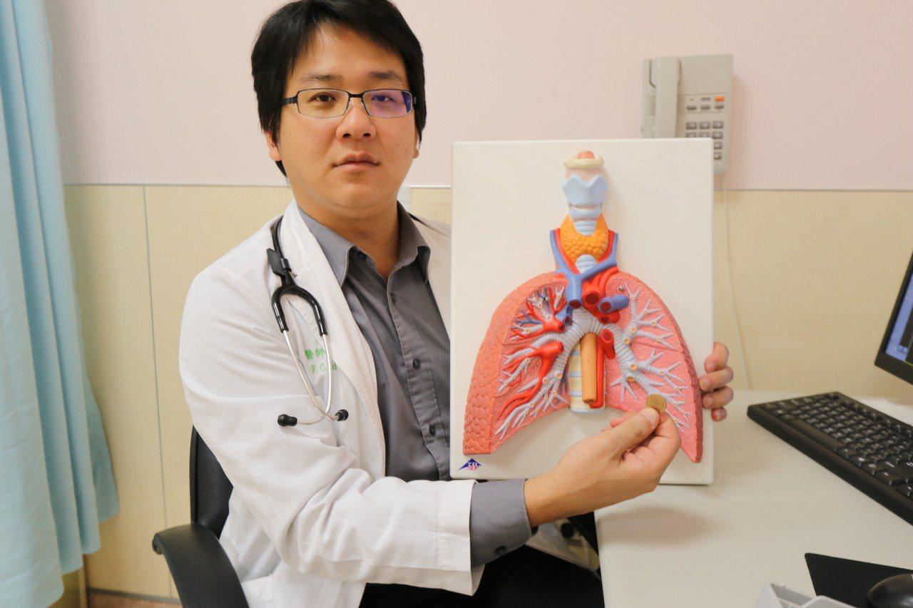 亞洲大學附屬醫院胸腔內科醫師戴芳銓指出,張婦到診時,左側鎖骨上方已腫一個大包,若...