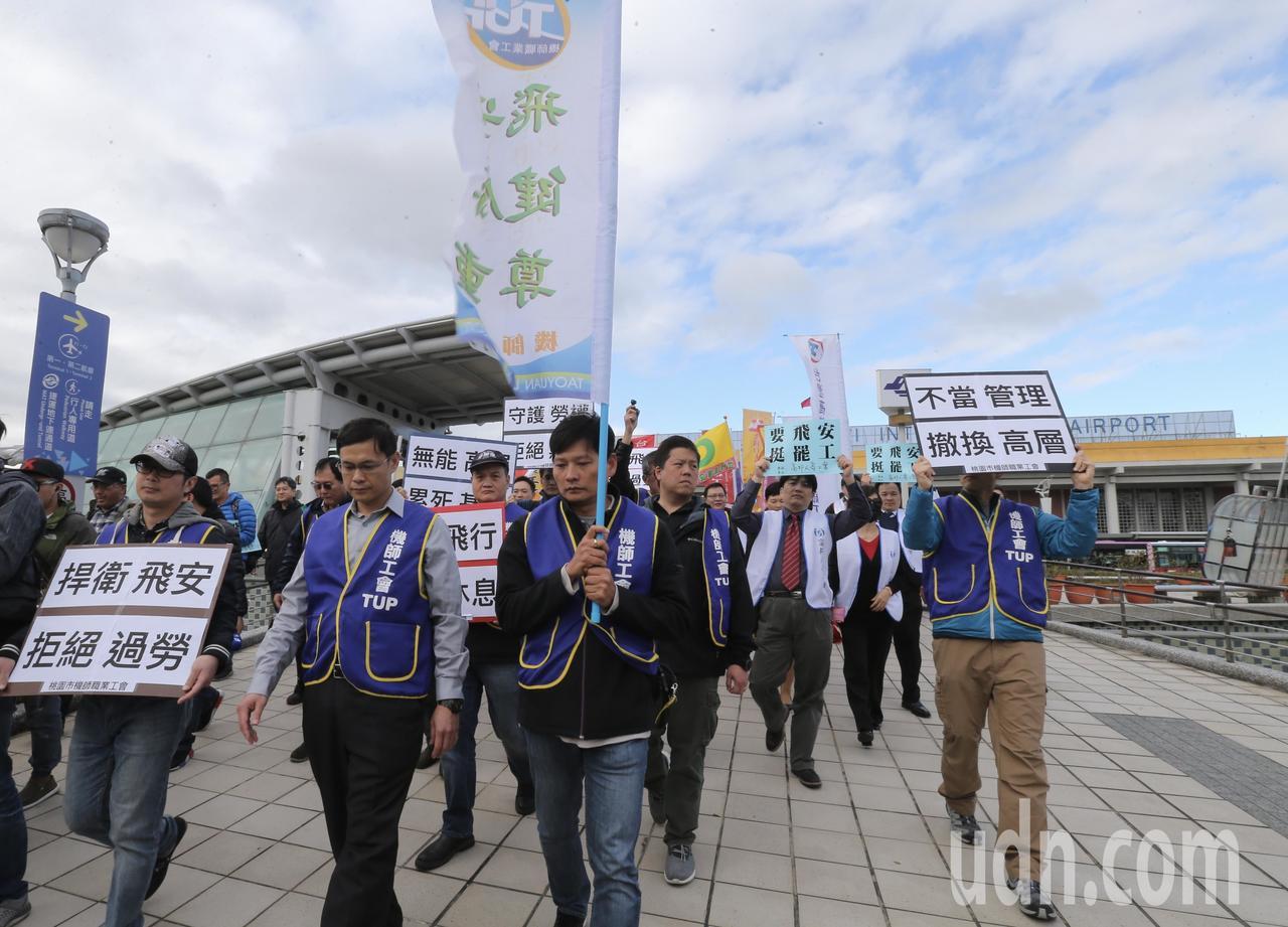 華航機師工會發動罷工,昨天桃產總、台灣郵政等其他工會串連聲援。記者許正宏/攝影