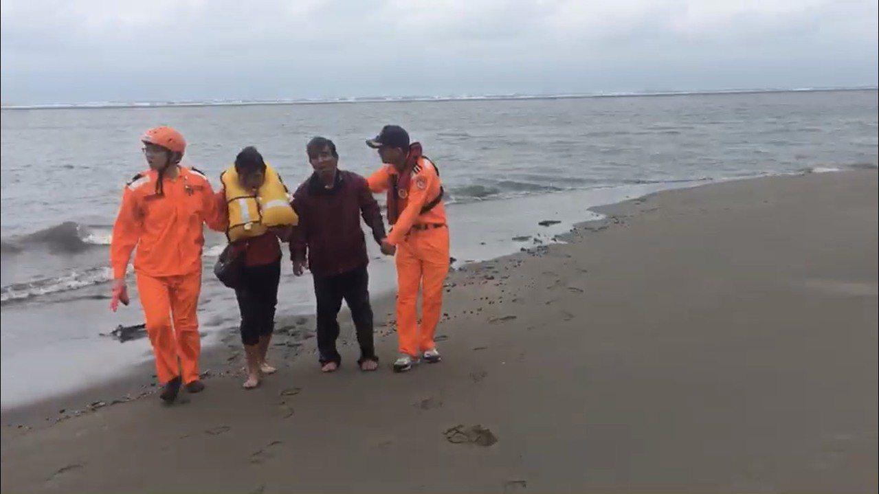 海巡人員大過年在台中溫寮漁港海岸,救回受困沙洲的2名釣客。圖/海巡署提供