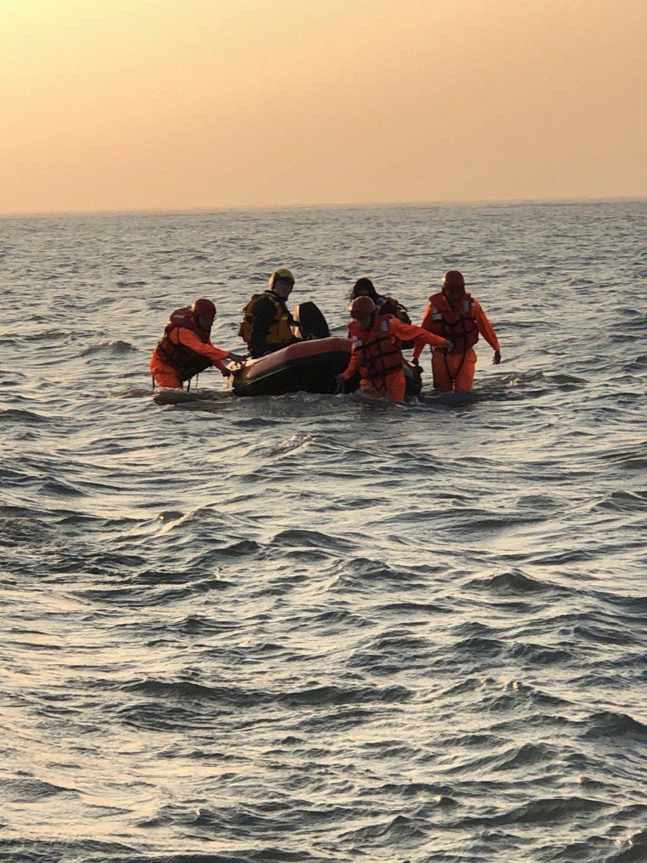 海巡人員今年1月在清水高美濕地,救回一對受困沙洲情侶。圖/海巡署提供