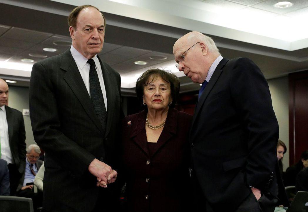 共和黨談判代表參議員謝爾比(左)參與協商。路透