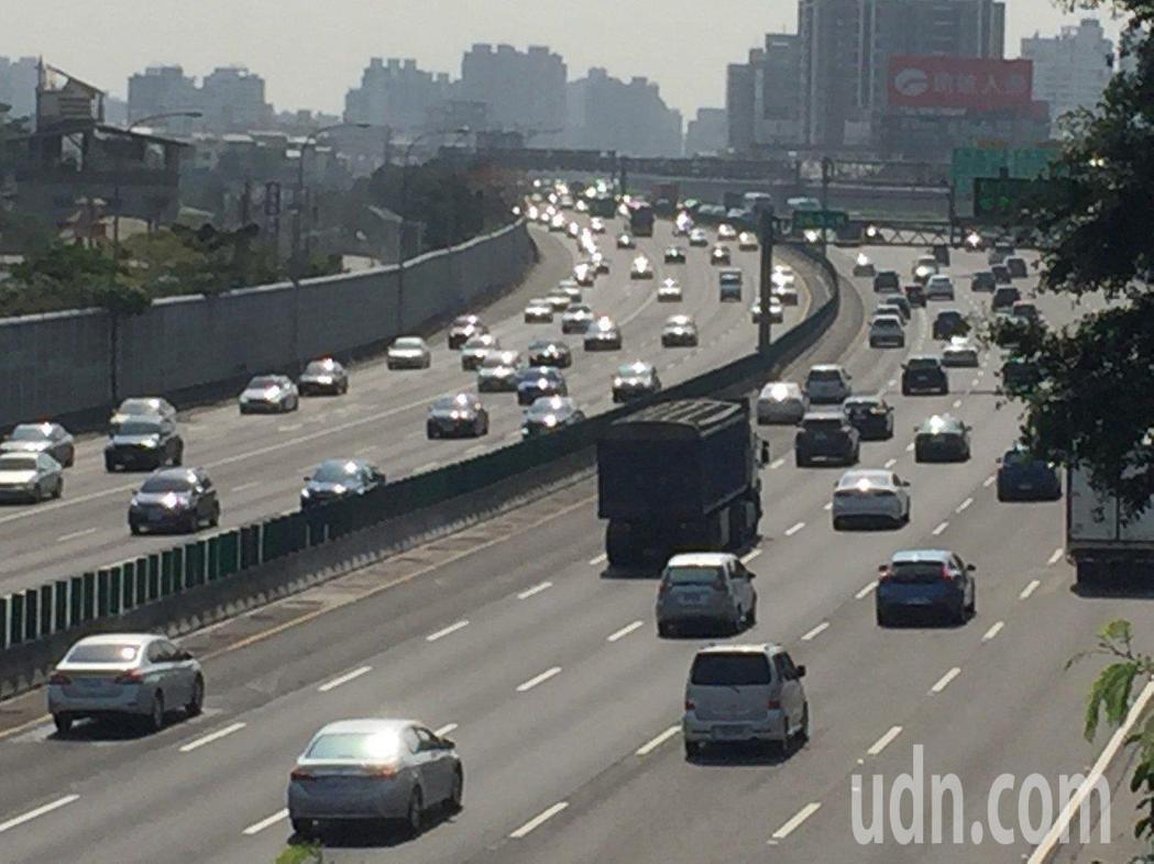 106年國道肇事原因首位,未保持行車安全距離占比近五成。聯合報系資料照