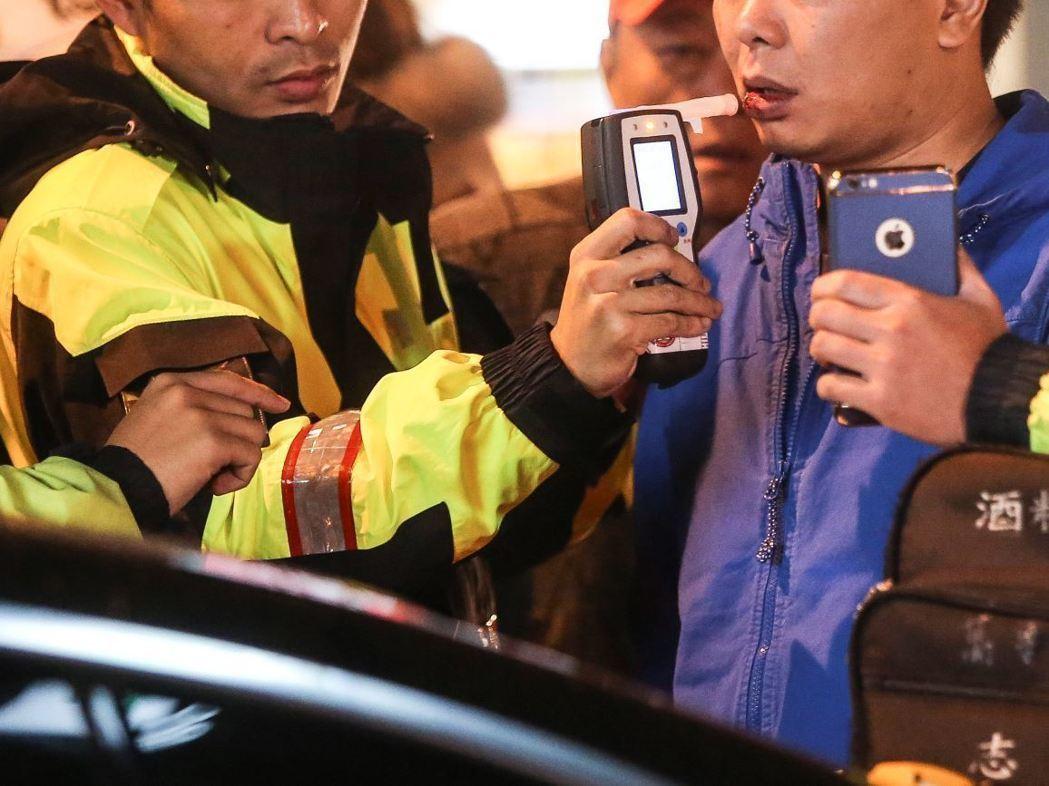 警方酒測示意圖。本報資料照片