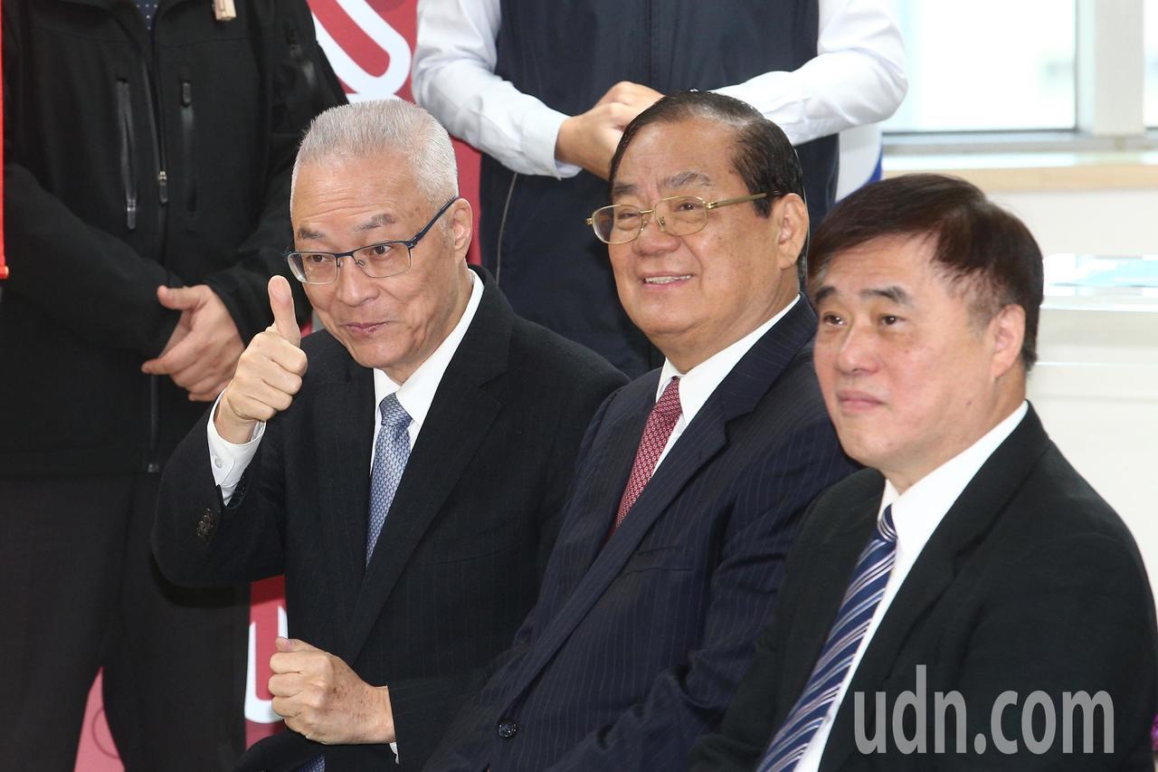 國民黨黨主席吳敦義(左)上午與國民黨副主席兼黨秘書長曾永權(中)、國民黨副主席、...