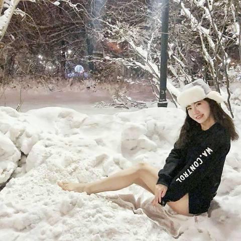 謝忻在過年期間出國旅行,她到了俄羅斯後人來瘋,竟在零下16度的低溫中拍下「下身失蹤」的雪地照,原來她裡面穿上泳裝,外面僅套上長袖上衣,一雙美腿橫躺在雪地上,畫面相當性感,不過她說才不到5分鐘腳就凍到...